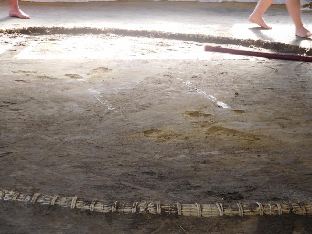 所々穴があいている土俵 大相撲大阪場所・貴乃花部屋の朝稽古見学 | 大次郎の気になったもんで 大